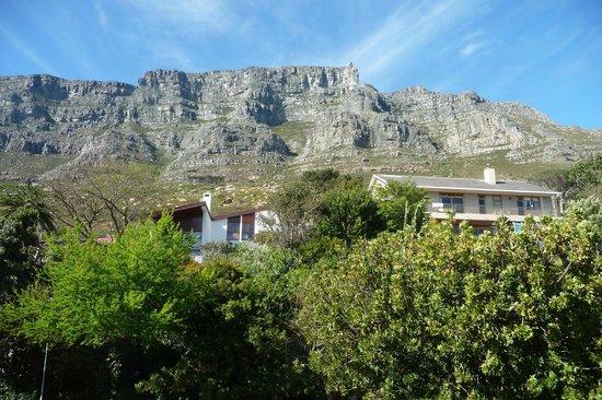 "Blue Sky B&B: Blick auf den Tafelberg aus dem Badezimmer des ""Signal Hill"""