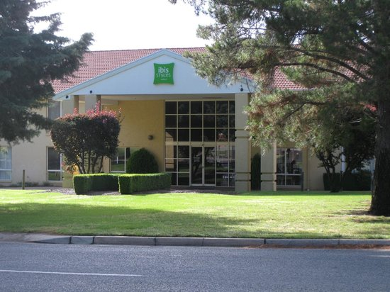 Ibis Styles Canberra Narrabundah: Exterior of the hotel