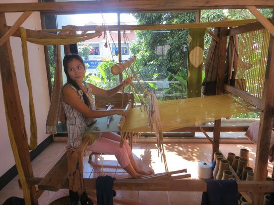 Hill Tribe Museum : Ati at the loom at the Hills Tribe Museum, Chiang Rai
