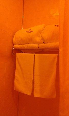 Maxima Zarya Hotel: Полотенца и халат для ванны