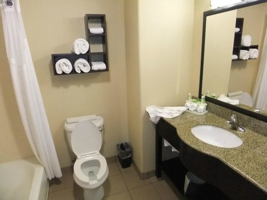 Holiday Inn Express Hotel & Suites Fresno South: Quite spacious bathroom