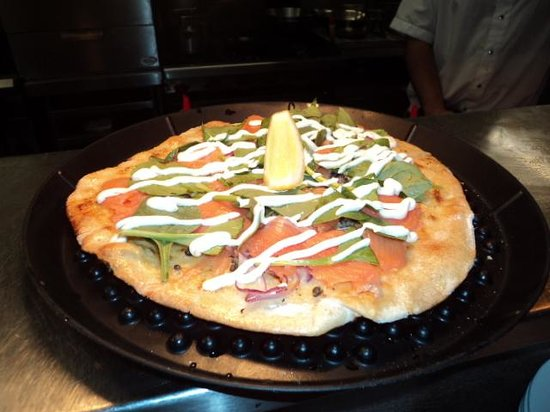Capers on the Esplanade: Yummy smoked salmon pizza!!!
