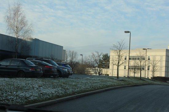 Hampton Inn & Suites Yonkers: Em frente ao hotel nevando!!!!