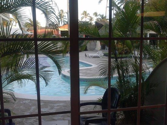 Vista Sol Punta Cana: piscine devant les chambres.