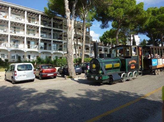 Bimmelbahn hält direkt vor dem Hotel - Picture of Sensimar Aguait ...