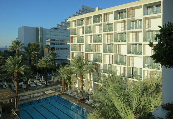 Isrotel Sport Club: Утренний вид из номера на левое крыло отеля.
