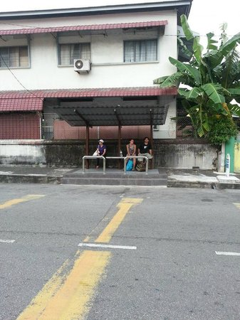 Yes Home Stay : Bus stop right in front of the homestay