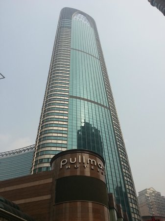 Pullman Shanghai Skyway Hotel: general view from the bottom