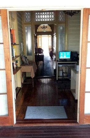 Bowen Terrace International Accommodation: Main hallway