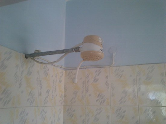 La Jardine Hotel: unsafely wired,old not good working showerhead
