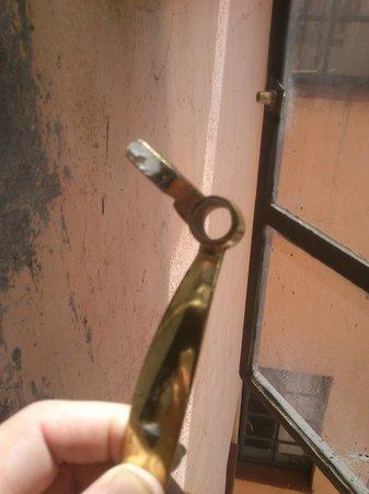 La Jardine Hotel: broken window handle just comes of