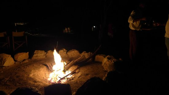 Tsavo Buffalo Camp : Pre-dinner bonfire