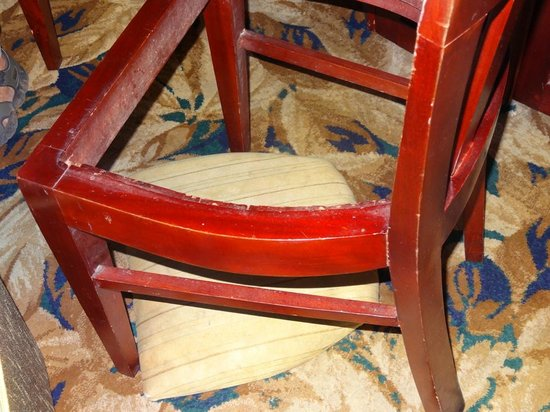 Galway Forest Lodge: Broken chair