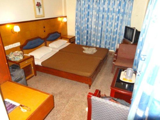 Hotel SAAS Tower: Notre chambre : literie moyenne et 1 seule prise de courant