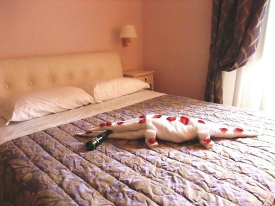 """Albergo Centrale: Camera d'albergo - all'arrivo un simpatico """"coccodrillo di asciugamani"""""""