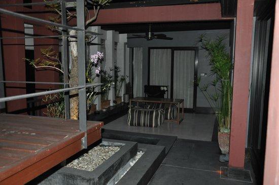 Loog Choob Homestay: Sitzgelegenheit vor einem außen gelegenen Zimmer