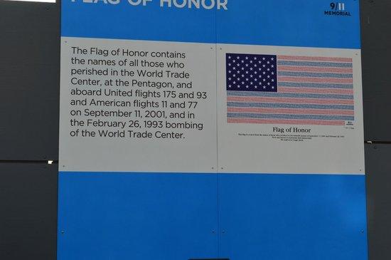 National September 11 Memorial und Museum: Bandeira com nome das vítimas