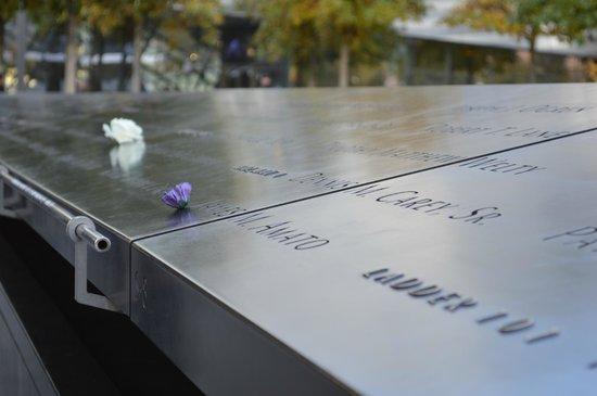 National September 11 Memorial und Museum: Detalha do nome das vítimas na piscina