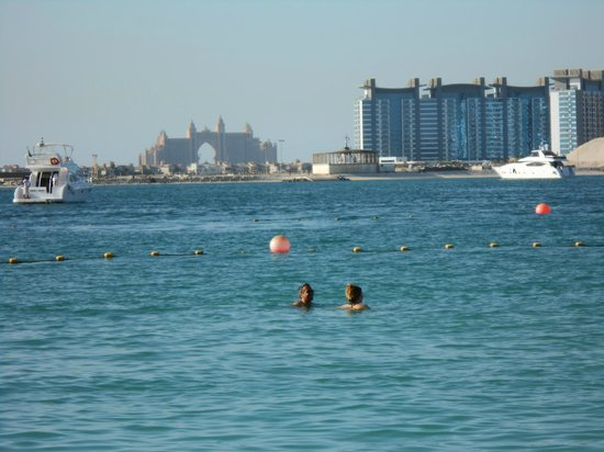 The Westin Dubai Mina Seyahi Beach Resort & Marina : View of the famous Atlantis hotel from hotel beach