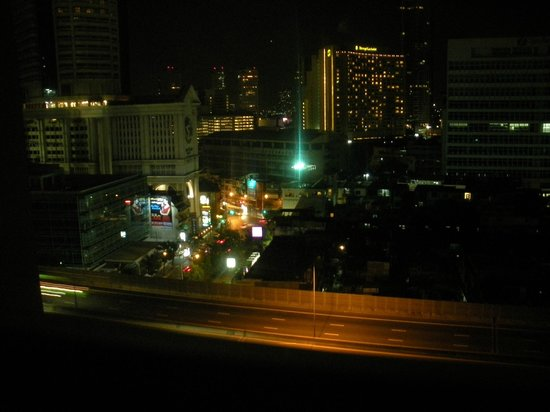 Novotel Bangkok Fenix Silom: Night time view from room