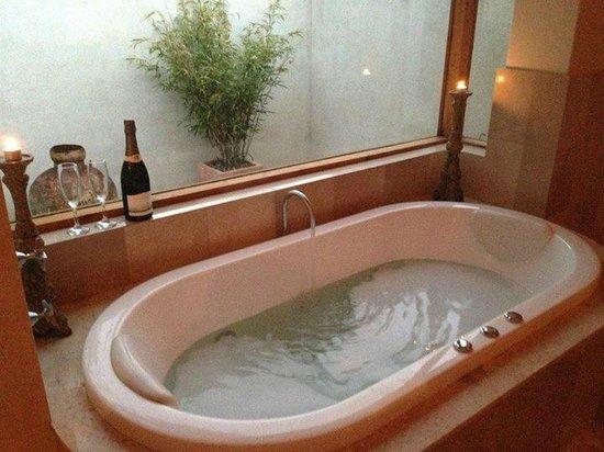 Yallingup Luxury Retreat: Spa and champagne