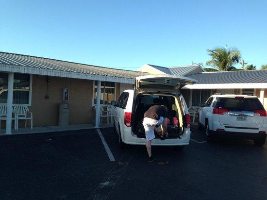 Everglades City Motel: parking devant la chambre