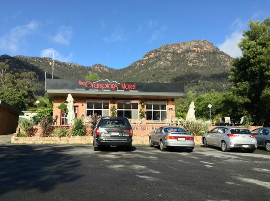 The Grampians Motel & The Views Restaurant, Halls Gap: View of the motel with the mountains beyond