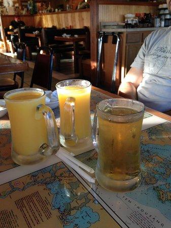 Island Cafe : verres de jus d'orange et de jus de pomme
