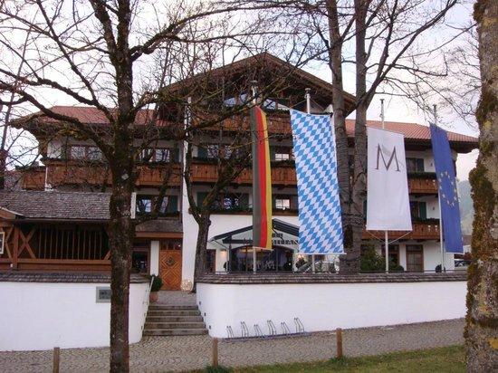 Hotel Maximilian: Die Frontseite des Hotels Maximilian in Oberammergau