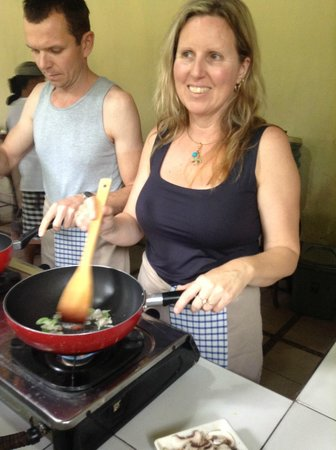 Paon Bali Cooking Class: Frying up something in coconut oil.