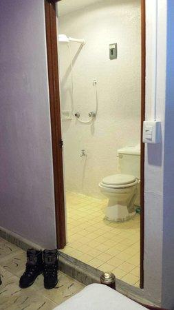 Mundo Maya Hostel: Baño privado. Lavabo con espejo, wáter y ducha.