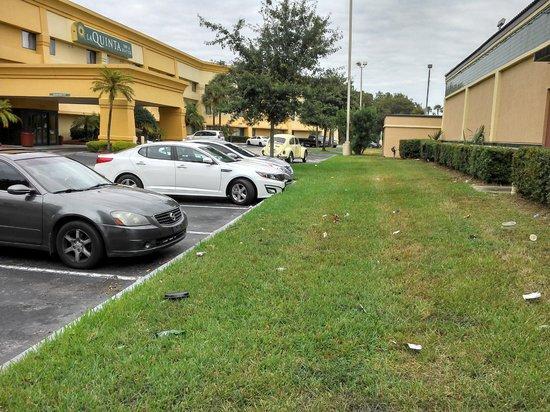 La Quinta Inn & Suites Orlando South: Entrada do hotel um pouco suja
