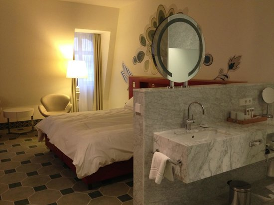 Hyperion Hotel Dresden am Schloss: sink and bed...