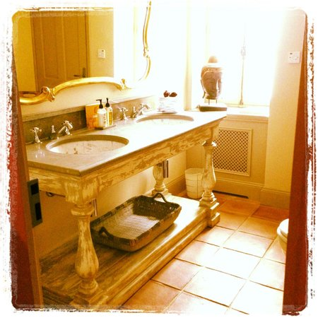 Chateau de Roussac : Powder Room