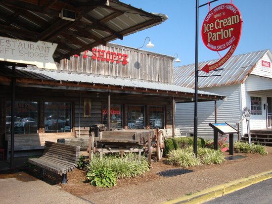 Brooks Shaw's Old Country Store: Casey Jones Village
