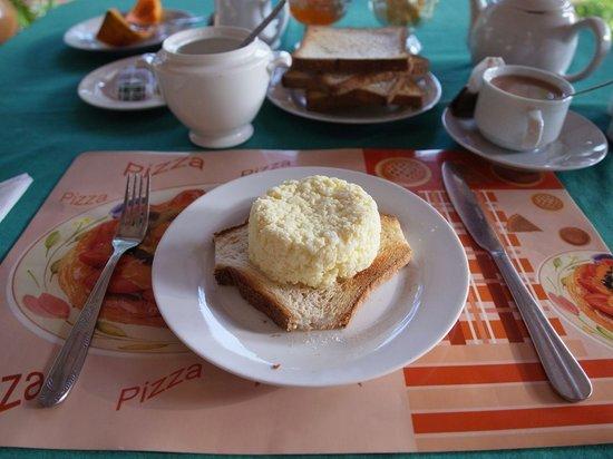 Saubagya Inn : 朝食のトースト&スクランブルエッグ