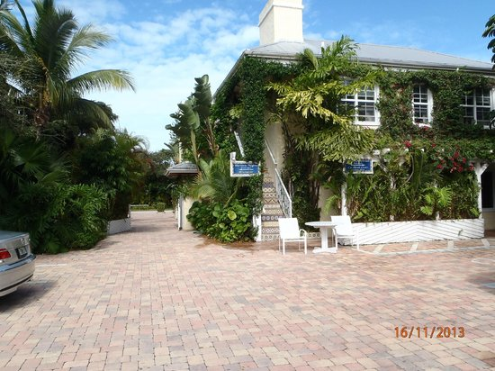 The Caribbean Court Boutique Hotel: Photo of the restaurant (ground floor) and piano bar building.