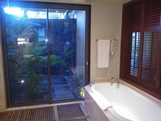 Trou aux Biches Beachcomber Golf Resort & Spa: Baño con ducha exterior con jardin privado