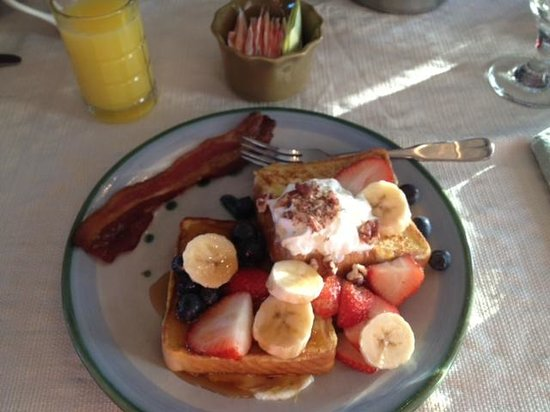 Admiral Bicknell Inn : French toast with fresh fruits and whipped cream