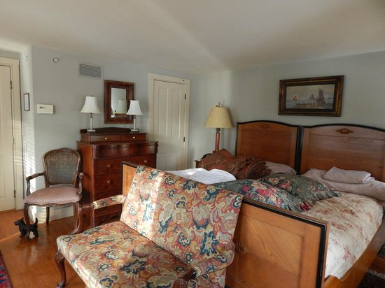 1708 House : Room with King size bed