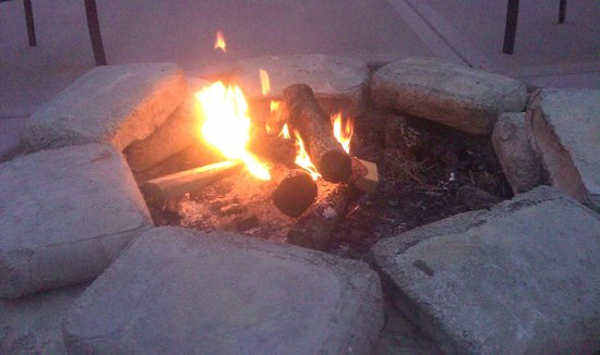 Fence Stile Vineyards & Winery: Fire Pit Friday