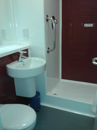 Travelodge Aylesbury Central: Bathroom