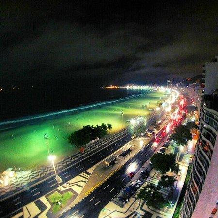 Arena Copacabana Hotel: Vista noturna do terraço , onde tem a piscina e bar