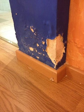 Hotel El Castell: crumbling plaster