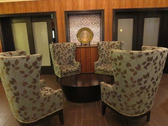 Hampton Inn and Suites Flint / Grand Blanc: Seating area in breakfast room