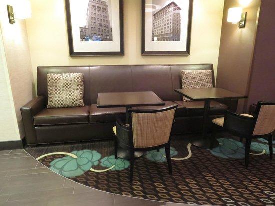 Hampton Inn and Suites Flint / Grand Blanc: Seating area in lobby