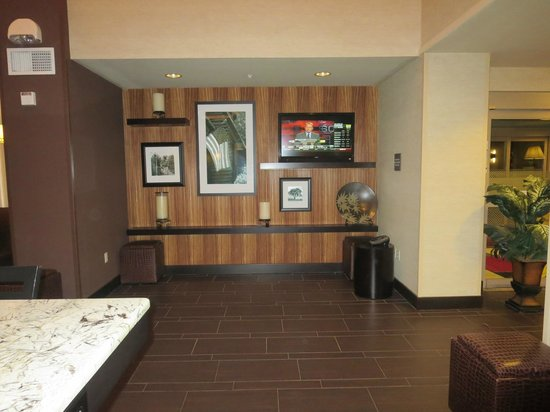 Hampton Inn and Suites Flint / Grand Blanc: Several TVs in the breakfast area--this is one
