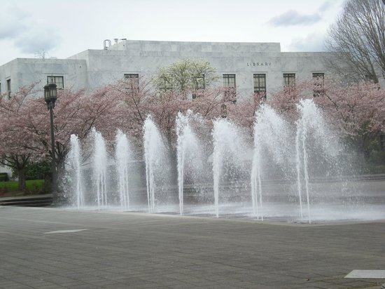 Oregon State Capitol: Fountains north of the Capitol
