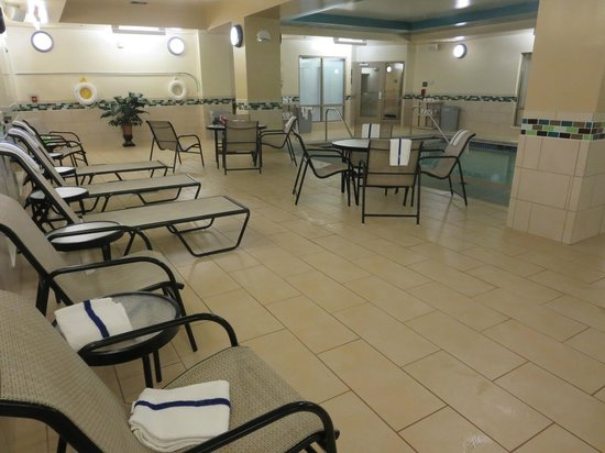 Hampton Inn and Suites Flint / Grand Blanc : Lounge chairs in pool area