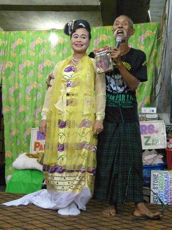 Moustache Brothers : Lu Maw et sa femme